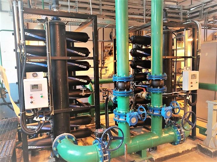 два параллельно подключенных вертикальных фильтра azud helix  производительностью 150 м3/ч каждый. порог отсева 50 мкм.